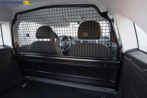 Stalowa kratka oddzielająca przestrzeń bagażową od kabiny pasażerskiej wygląda solidnie i taka jest w rzeczywistości.