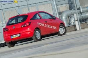 Tylna szyba Opla Corsy E w wersji Van może zostać nieodpłatnie zastąpiona metalowymi panelami. Wybór należy do klienta.