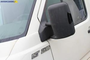 Uszkodzona obudowa lusterka tym VW LT 28 to nic nadzwyczajnego. Używane dostawczaki mają często też przytarcia, czy pourywane klamki.