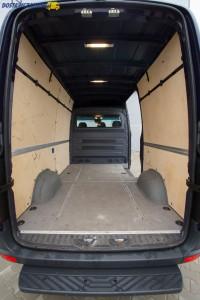 Akcesoryjny stopień, drewniana podłoga, czy szynowy system mocowania ładunku to elementy należące do wyposażenia dodatkowego Sprintera.