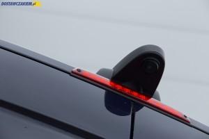 Akcesoryjna kamera cofania została umieszczona na dachu ponad trzecim światłem stopu.