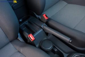 Na tunelu środkowym projektanci Volkswagena umieścili uchwyty na kubki. Pytanie tylko, czy w 2-osobowym furgonie są potrzebne aż cztery takie uchwyty?
