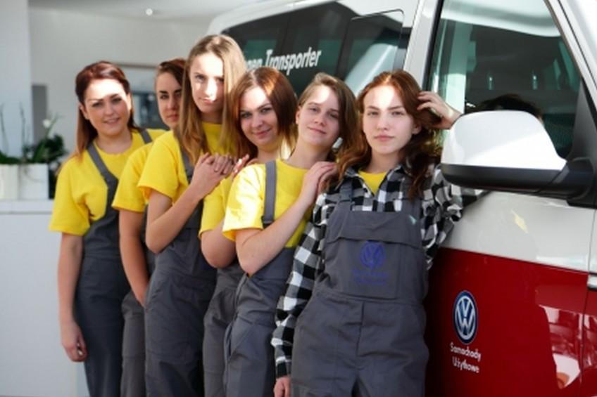 Więcej kobiet przy montażu VW Caddy, T6 i Craftera