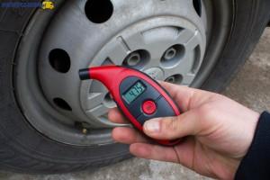 Regularnie i zgodnie z zaleceniami producenta - kontrola ciśnienia to jedna z podstawowych czynności obsługowych w samochodzie dostawczym.