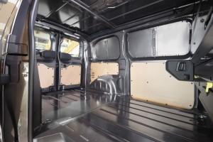 Dostawcza Toyota w wersji furgon będzie fabrycznie wyposażona w tylne drzwi dwuskrzydłowe i prawe drzwi przesuwne.