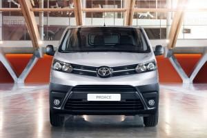 Stylistycznie nowa Toyota ProAce wyróżnia się od Citroëna Jumpy i Peugeota Experta m.in. innym pasem przednim.