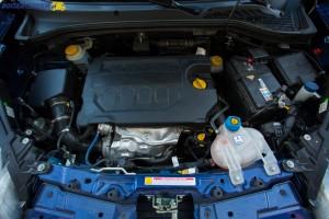 Wysokoprężny silnik o pojemności 1 598 ccm wykorzystuje bezpośredni wtrysk Common Rail z turbosprężarką. W ofercie są ciągle auta z z filtrem cząstek stałych i homologacją Euro 5+.
