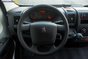Wnętrze kabiny Peugeota Boxera nie należy do największych w segmencie dużych aut dostawczych, ale dźwignia zmiany biegów znajduje się tam, gdzie być powinna.