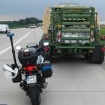 Jechał traktorem z prasą do słomy po autostradzie A4