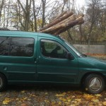 Citroën Berlingo przewoził spory transport bali drewna