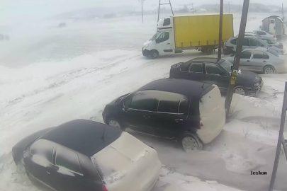 Kierowca Renault Master kontra silny boczny wiatr (wideo)