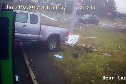 Rozpędzony pick-up uderza w miejski autobus (wideo)
