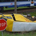 Kurierski Sprinter wjechał pod pociąg – kierowca busa w szpitalu