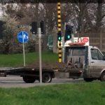 Transport ziemi lawetą – ładunek zabezpieczono pasami