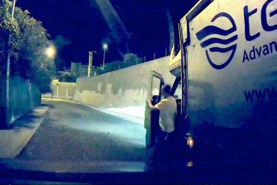 Kierowca polskiej międzynarodówki specjalnie zarysował Teslę (wideo)