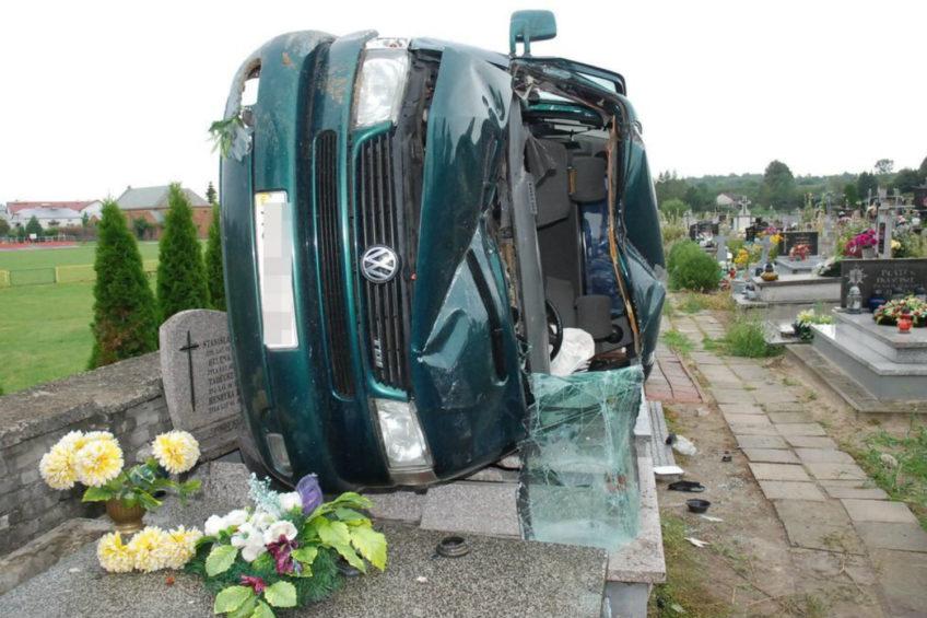 VW T4 leżący na nagrobkach – nietypowy wypadek w Gorzkowie
