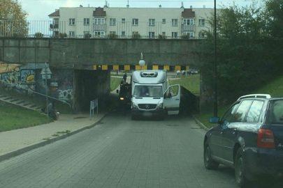Mercedes Sprinter zaklinował się pod wiaduktem w Lublinie
