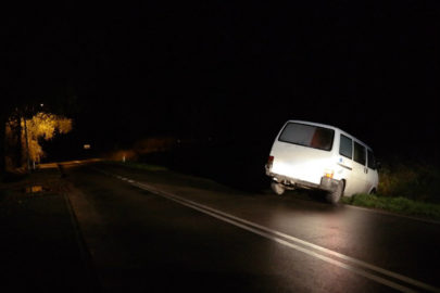 Wjechał do rowu VW T4 i usnął – był pijany i nie miał uprawnień