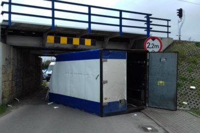 Iveco Daily z zabudową kontenerową nie zmieściło się pod wiaduktem