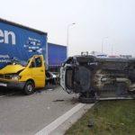 Po uderzeniu w ciężarówkę ze Sprintera spadł samochód