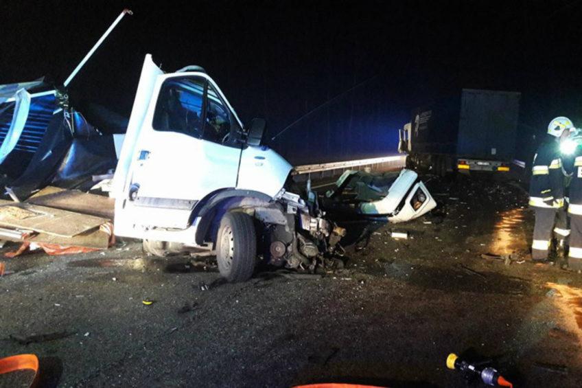Zderzenie busa z ciężarówką – kierowca Renault Master nie żyje