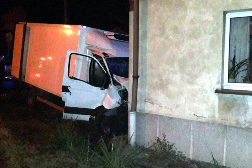 Iveco Daily wjechało w dom – kierowca mówi, że zawiodły hamulce