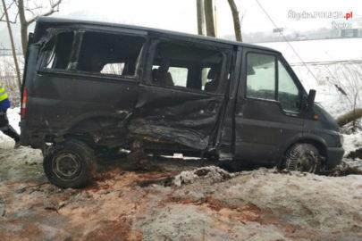 Ford Transit wpadł w poślizg – uszkodził inne auto i pociąg (WIDEO)