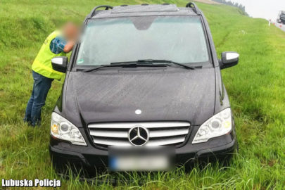 Ugrzązł skradzionym Mercedesem Viano – policjanci chcieli pomóc
