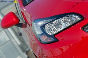 Żarowe światła do jazdy dziennej są standardem w Corsie E Van. Za LED-y trzeba już dopłacić 650 zł.