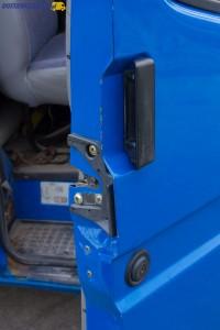 Ciężko pracujące klamki to jeden z mankamentów Transita IV. Nie dziwi więc, że niektóre auta mają pourywane klamki.