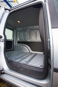 Przesuwne drzwi z prawej strony auta należą do wyposażenia fabrycznego VW Caddy.