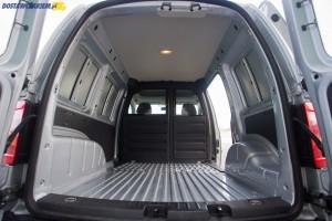 Fabrycznie kabinę pasażerską od przestrzeni bagażowej oddziela nieprzeszklona ścianka działowa. Testowy egzemplarz posiadał opcjonalną ściankę z oknami.