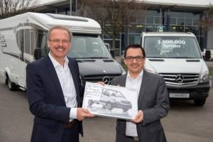 Volker Mornhinweg, szef Mercedes-Benz Vans (od lewej) i Bernhard Kibler, dyrektor zarządzający firmy Hymer, podczas uroczystego przekazania 3-milionowego Sprintera.