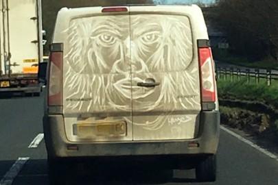 Van Gogh z Essex. Maluje na brudnych busach