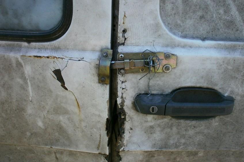 Iveco TurboDaily z drzwiami na zasuwkę i regulacją lusterka na tutkę