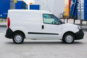Doblò L1H1 w wersji Base to pełny furgon. Za prawe drzwi przesuwne trzeba dopłacić ekstra 1 400 złotych netto/1 722 brutto.