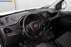 Wnętrze II generacji Fiata Doblò po faceliftingu rozpoznać można m.in. po nowej kierownicy, czy przeprojektowanej desce rozdzielczej z innymi kratkami wlotów powietrza.