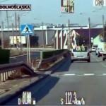 O 62 km/h za szybko – kierowca Mercedesa Vito stracił prawo jazdy (FILM)