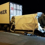 Przewożona na lawecie Masterka wbiła ciągnącego zestaw busa w naczepę