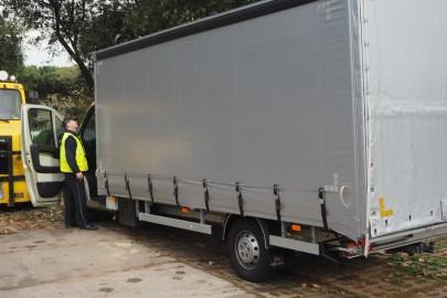 Skradziony Peugeot Boxer odnalazł się na leśnym parkingu