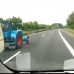 Traktor z przyczepą wyprzedza busa na autostradzie (WIDEO)