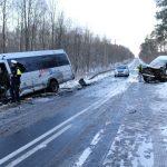Kurierski dostawczak zderzył się z kursowym busem – 4 osoby ranne