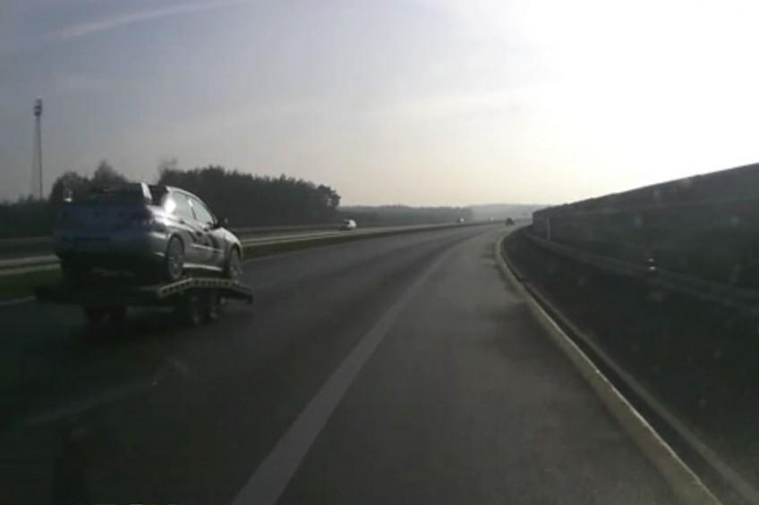 Laweta z Subaru Imprezą STi odczepiła się od auta (FILM)
