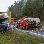 Zderzenie busa z ciężarówką – kierowca VW LT w szpitalu