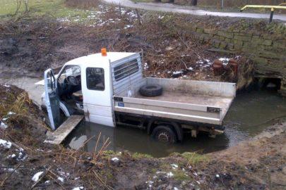 Mercedes Sprinter w rzece – nietypowy wypadek pod Olsztynem