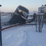 Citroën Berlingo na ogrodzeniu – kierowca miał ponad promil alkoholu