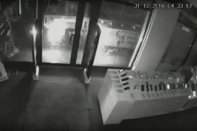 Ford Transit jak taran – złodzieje okradli sklep z elektroniką (WIDEO)