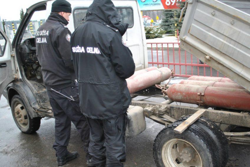 GAZ Gazela z kontrabandą papierosów ukrytych w zbiornikach na gaz