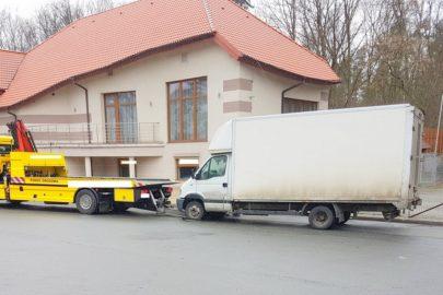 1000 zł kary dla kierowcy, a bus lawetą na parking strzeżony