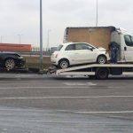 Fiat 500 zaparkowany w busie – laweciarz mistrzem załadunku